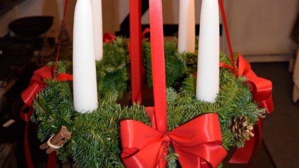 På billedet ser du et stemningsbillede (#1) fra Adventslys. Gennemfarvede fra brandet Ejstrup Lys i en størrelse D: 2,8 cm. H: 20 cm. i farven Julerød