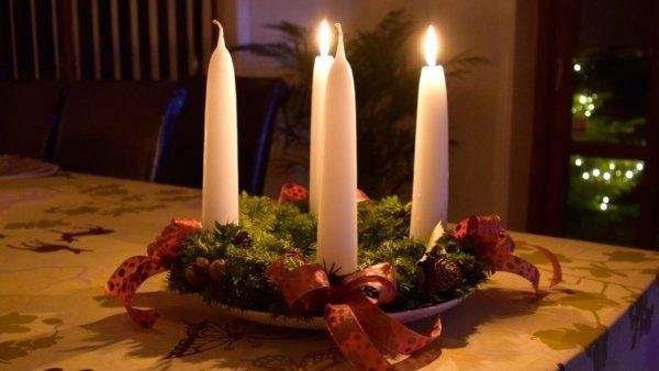 På billedet ser du et stemningsbillede (#2) fra Adventslys. Gennemfarvede fra brandet Ejstrup Lys i en størrelse D: 2,8 cm. H: 20 cm. i farven Julerød